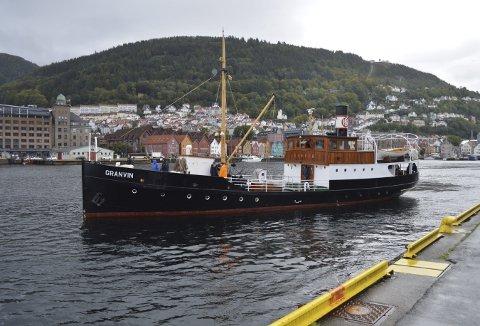 MS Granvin på vei ut fra Holbergskaien på én av båtens mange turer de siste årene. Denne sommeren vil uansett være spesiell, og spørsmålet er om Granvin pent må ligge mer ved kai enn man hadde set for seg. FOTO: TOM R. HJERTHOLM