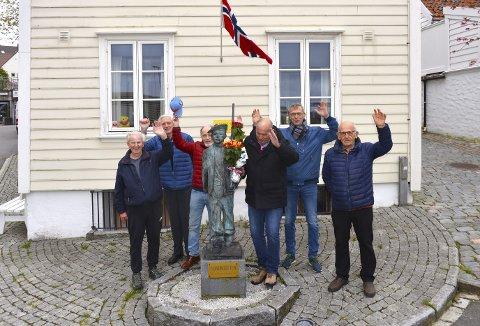 En gruppe nøstegutter møtte selvsagt frem for å markere at denne maidagen for 150 år siden ble Nøstets Bataljon stiftet. F.v. Asle Nilsen, Fritz Hauge, Jan Claus Samuelsen, Helge Larsen, Knut Ståle Larsen og Harald Rebnord.