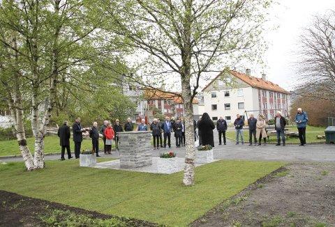 Over 30 personer hadde tatt turen til Rautjern på Wergeland for å se byråden avduke det flotte minnesmerket som nå er gjenreist. Foto: TOM R. HJERTHOLM