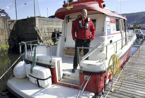 Terje Hårvik om bord i båten til Røde Kors Hordaland. Fartøysjefen håper på velvillighet, når de nå spør om midler til å kjøpe ny båt. Foto: TOM R. HJERTHOLM