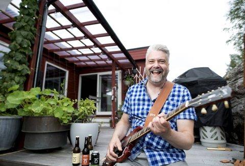Bryggerimester Gahr Smith Gahrsen leder produksjonen av øl ved 7 Fjell – og liker å spille blues på sin Gibson-gitar når han har en ledig stund.