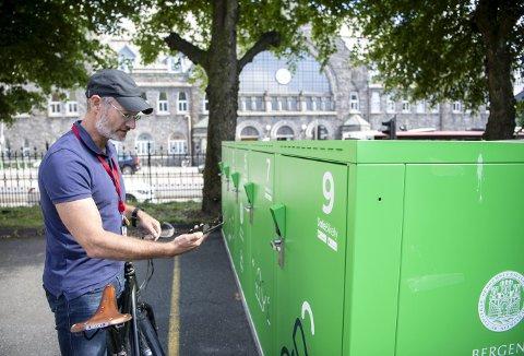 Ferietid og langt færre på sykkel til tross, så kan sykkelsjef Einar Johan Grieg notere at sykkelskapene ved Bystasjonen og her i Marken ved Jernbanestasjonen er blitt benyttet 200 ganger i løpet av den første måneden. Foto:  ANDERS KJØLEN