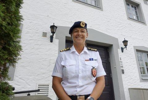 En strålende fornøyd Trine Minken Amble  kommer fra sjefsrolle i Sjøforsvarets stab til oppgaven som korpsleder for Sjøforsvarets Musikkorps på Koengen. – Drømmejobben, er hennes konklusjon etter tre måneder.  Foto: TOM R. HJERTHOLM