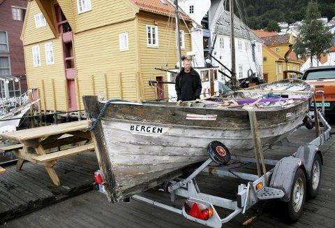 Her er ene livbåten fra Titan ankommet Kystkultursenteret i Sandviken der den nå er kommet i hus. Tanken er at også den skal restaureres. Bak står Egil Sunde. Foto: TOM R. HJERTHOLM