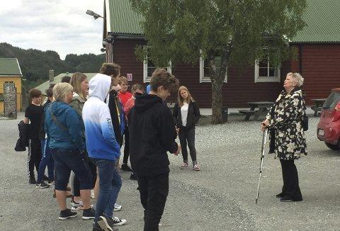 Én av de mange frivillige som har tatt på seg en oppgave som formidler, er Ragnhild Villanger (t.v.). Her forteller hun historien til Espeland fangeleir til elever fra niendetrinnet. Foto: OLE JOHAN HAUGE
