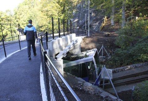 Nå er det trygt  for både gående og bilister. Legg merke til  fjellet nede i svingen. Det er sikret med både bolter og sikkerhetsnett.  Foto: TOM R. HJERTHOLM
