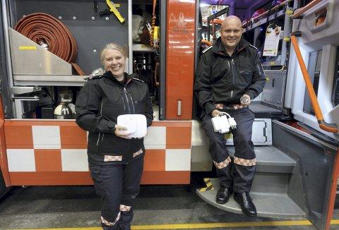Prosjektleder Anne Bjørke (t.v.) og fagleder for tett trehusbebyggelse i forebyggende avdeling, Erlend Fikse, viser et branndeteksjonsanlegg og en komfyrvakt som de nå tilbyr gratis til beboere i strøk med tett trehusbebyggelse. Foto: TOM R. HJERTHOLM