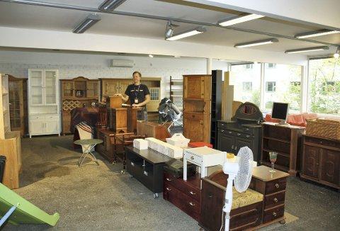 Jan Frode Sandvik var ikke klar for åpning av møbelavdelingen, da vi var innom. Men nå skal alt være på stell i butikken i Nattlandsveien. Foto: TOM R. HJERTHOLM