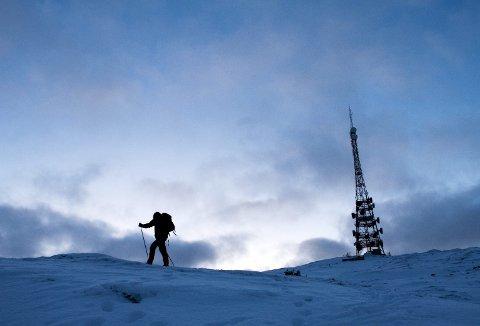 Når du ferdes øverst oppe i Byfjellene – og gjerne innover Vidden nå vinterstid, bør du ha rikelig med ekstraklær i sekken. – Det er kaldt og kommer du ut for noe og skader deg, kan du bli liggende lenge. Ha respekt for været der oppe. Det er bynært – ja, men det er høyfjellsklima og været snur fort, påpeker Hillestad. Foto: EIRIK HAGESÆTER