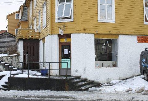 I disse lokalene på hjørnet av Rogagaten og Firdagaten lå fiskebutikken til Andreas Andersson Dyregrov som var fiskehandlerens fulle navn. Dyregrov hadde først utsalg i Løbergsveien. I dag er det Bærekraftig Liv Løvstakken som holder til her i huset som Dyregrov eide med adresse Rogagaten 26. Foto: TOM R. HJERTHOLM