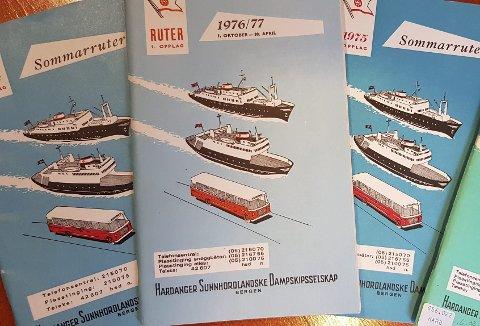 Som en ser av disse ruteheftene, som er i samlingen til Bergens Sjøfartsmuseum, hadde HSD plassert rutetidene for alle selskapets kommunikasjonsmidler mellom to permer, og det var både sommer- og vinterruter. Foto: SJØFARTSMUSEET