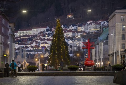 Selv om en rød lift dukket opp på Torgallmenningen mandag, var ikke det et varsel om at lysene skulle av og julegranen skulle fjernes. Derimot blir juletreet stående iallfall én uke til.   Foto: EMIL WEATHERHEAD BREISTEIN