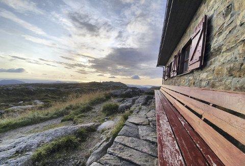 Stemningsfullt på benken ved Turnerhytten, og i bakgrunnen reiser Ulriksmasten seg og forteller hvor langt unna Ulriksbanen og Oppstemten ligger. Foto: JOAKIM HJERTHOLM