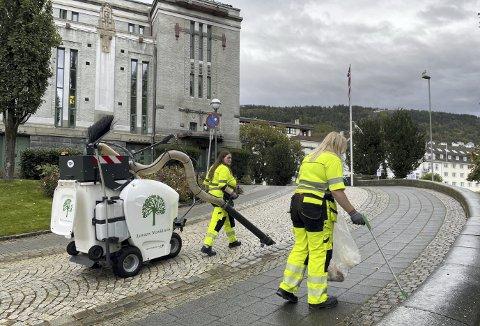 Her det bakken opp til Teateret fra Engen-siden som får litt ekstrabehandling på en tidlig torsdag ettermiddag. Det Helene ikke får opp med klypen, tar Lise seg av med støvsugeren. Foto: TOM R. HJERTHOLM