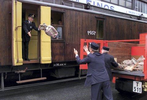 I anledning det store Nordsteam-arrangementet i Bergen i år 2000, rullet det tog helt frem til Bontelabo og Skolten. Og   postfunksjonær Arthur Brekke viste hvordan man håndterte «togposten» før i tiden. Vognen er den samme postvognen som nå er blitt 21 år eldre. Foto: MAGNE TURØY