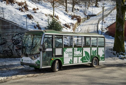 VINTERPRØVEN: Én av de ti nye grønnhvite sightseeingbussene til European Cruise Service hadde seg en aldri så liten tur til Skansen forleden. Skansen er att av stedene det kan være aktuelt å frakte turister til i disse elbussene.FOTO: EIRIK HAGESÆTER
