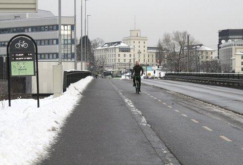 Mye krøll med sykkeltelleren her på Gamle Nygårdsbroen, og den siste tiden har tallene «103 108 i år, 2303 i går og 13 i dag» lyst mot syklistene hele tiden, hver dag. FOTO: TOM R. HJERTHOLM