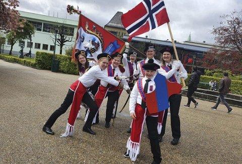 Gjengen i Damsgårdsfjellets Bataljon var blant korpsene som fikk en helt spesiell 17. mai i fjor. Eter å ha marsjert til Koengen ble det tid til et jubelbilde her ved Festplassen. Foto: DAMSGÅRDSFJELLETS BATALJON
