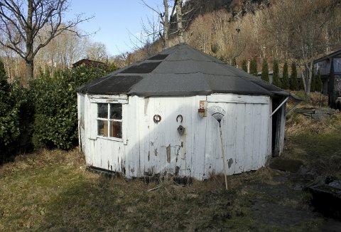 Denne spesielle hytten kan føre sin historie tilbake til Fløyen og okkupasjonsårene 1940–1945. Tyskerne innlosjerte russiske fanger i disse enkle hyttene. Nå står den i en hage på Nedre Nattland, og eieren ønsker at vernemyndigheten skal overta den. Foto: TOM R. HJERTHOLM