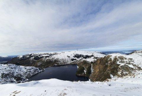 Det er når du ser slike motiv at du forstår Knut Langelands kjærlighet til nærnaturen. Dette er Tarlebøvatnet med Rundemanen i bakgrunnen – sett fra Vidden i går formiddag. Foto: JOAKIM HJERTHOLM