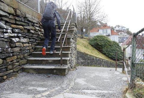 Disse trinnene i den øverste trappen mot Skansen er blant de mest brukte i byen. Fotturistene til og fra Fjellsiden og Fløyen bruker denne til alle årstider, og som en ser, mangler det ikke på singel i trinnene og nedenfor. Foto: TOM R. HJERTHOLM