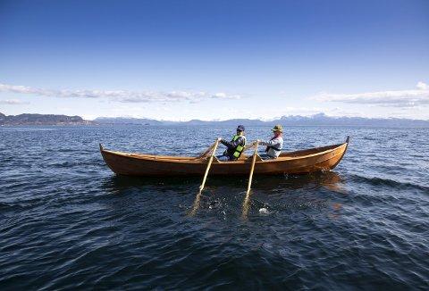 Oselveren som Øystein Bunæs og Dagmar Fosså Bunæs har kjøpt, måtte selvsagt prøves. Båten er en kombibåt – utstyrt med årer og rigget for seil.    Foto: VIDAR LANGELAND