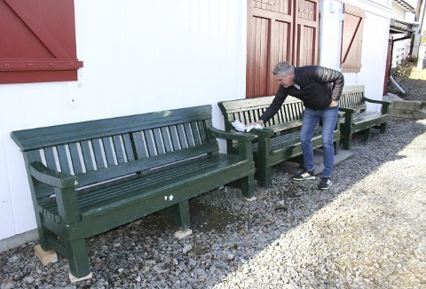 Veteran- og vedlikeholdskoordinator, Per Olav Solheimsnes, tørker av benkene. – Disse skal vi stelle pent med, sier han. Foto: TOM R. HJERTHOLM