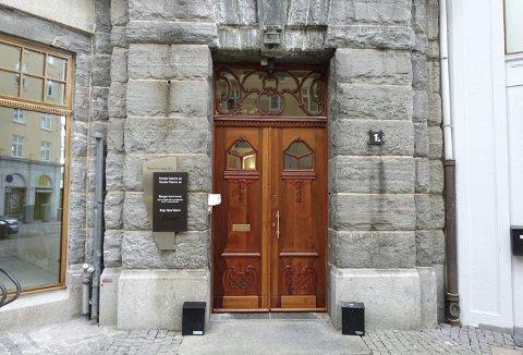Teakdøra med den lange historia har fått småskader reparert og døren er pussa og olja etter alle kunstens reglar. No står det berre att å utstyra døra med moderne låsesystem. Foto: TOM R. HJERTHOLM