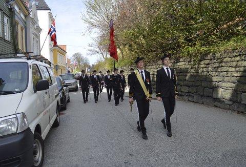 Nordnæs Bataillon satser på en så normal 3. mai-markering som mulig. Det betyr blant annet marsjering fra Nordneshalvøyen over Klosteret til Sentrum. Som man gjorde i 2017, da Marcus Lønne (t.h.) var adjutant i buekorpset.