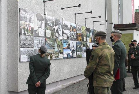 De fremmøtte områdesjefene og områdesersjantene studerer den litt uvanlige utstillingen om Heimevernet på den store museumsveggen. Foto: NIKLAS JOELSEN