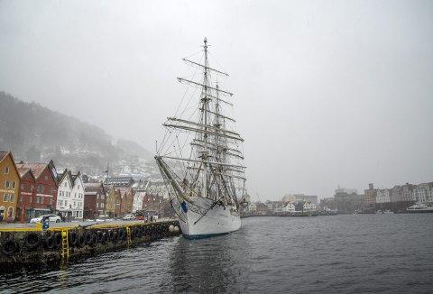 Vinter-Bergen tok imot seilskipet Christian Radich forleden, men i ettermiddag bærer det ut i rom sjø igjen – og turen fortsetter nordover. Foto: EIRIK HAGESÆTER