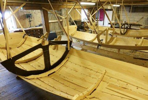 Det dufter godt på båtbyggerverkstedet i Kystkultursenteret i Sandviken – og alle prammene på rekke bærer preg av å bli stelt med på beste vis av et knippe mennesker som er genuint opptatt av trebåtkulturen. Foto: TOM R. HJERTHOLM