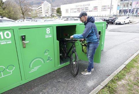 Einar Johan Grieg viser bruken av et sykkelskap. – Det fine med dette opplegget, er at du kan forhåndsbestille plass via appen som brukes, forklarer sykkelsjefen. Foto: TOM R. HJERTHOLM