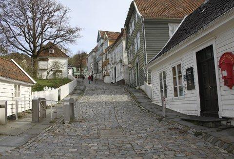 Gamle Bergen museum er et åpent museum, der besøkende kan vandre rundt utenom åpningstiden. Åpne hus og  rollespill lar vente på seg, og først etter 29. mai vil det koste penger å komme inn på museet mellom 1100 og 1500 torsdag til søndag, og fra 19. juni tirsdag til søndag. Foto: TOM R. HJERTHOLM