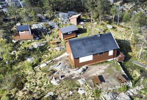 Etter gjenoppbyggingen av hytten, er det blitt både nytt toalett – en gapahuk og en grei liten redskapsbod. To benker er på plass, gitt av GC Rieber Fondene. Foto: SPORTSKLUBBEN VIGGO