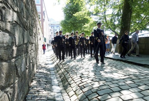 Når Sjøforsvarets musikkorps marsjerer inn porten på Bergenhus festning, er det for å holde sommerkonsert for bergenserne i Borggården. Foto: TOM R. HJERTHOLM