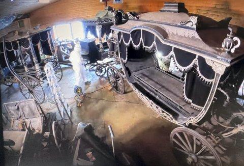 Som sagt, vet en lite om når de to begravelsesvognene ankom Gamle Bergen Museum, men man mener at det kan ha vært en gang på 1980-tallet. Dette bildet viser et klipp fra videoen som ble laget da man tørket støv av vognene, og fraktet de til Stend og museet der.