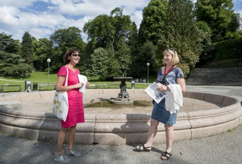 Direktør Lise Reinertsen, og prosjektleder Signe Wie fra Bymiljøetaten forklarer planene de har for fontenen i Nygårdsparken.