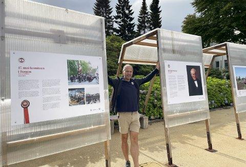 – Her fortelles historien om både 17. mai-komiteen og Fredrik Meltzer. Utstillingen er veldig grei, ikke minst fordi du kan sitte og se, du kan ha plakater på begge sider – og du kan dekke deg for solen. Og så tilfredsstiller utstillingsbukkene alle krav til sikkerhet, sier Carl A. Harbitz-Rasmussen. Foto: TOM R. HJERTHOLM