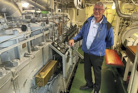 Her trives Kristian Langeland. Når han entrer sitt kjære maskinrom om bord på Vestgar, er han i sitt ess – og når du ser hvor rent og pent det er, skulle en ikke tro at dette er maskinrommet om bord en 64 år gammel fjordabåt. Foto: TOM R. HJERTHOLM