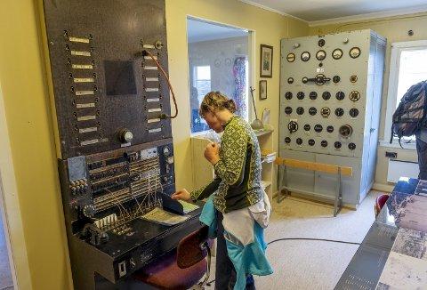 Radiostasjonen på Rundemanen er sjelden åpen, og derfor var det mange turgåere som forrige søndag benyttet sjansen for en tur innom for å kikke på skikkelig gammelt utstyr. Foto: EIRIK HAGESÆTER