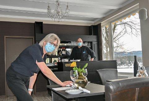 HOLDER STENGT: – Selv om vi har stort fokus på smittevern, er høyt smittetrykk, påsketurister, servering- og hotelldrift ingen god kombinasjon. Derfor holder vi stengt også i påsken, sier ekteparet Maria og Peter Nässtrøm