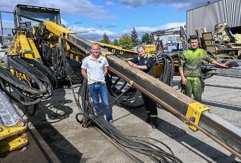 STOR REDSKAP: Det er store maskiner Vegard Gjellum (f.v.) og lærlingene Lili Hansen og Sindre Halseth, holder i drift for Rental Group AS.