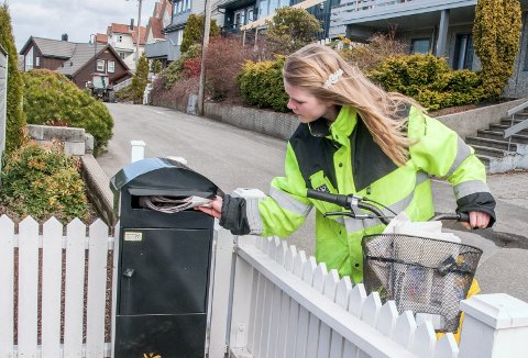SLUTT PÅ GAMMAL ORDNING: Dalane Tidende har hatt eigne avisbod i alle år. Biletet er frå våren 2013, då Regine Leidland var ute på runden.