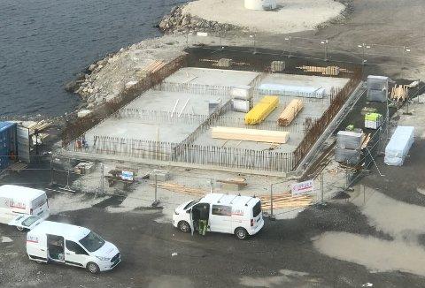 STARTEN: Denne lekteren støypes i disse dager på Langholmen. Det skal bli gulvet til et flytende fiskeutsalg og restaurant.