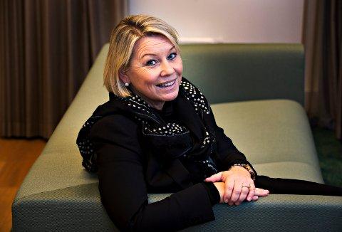 ÅPNER: Næringsminister Monica Mæland står for åpningen av det nye glassgulvet inne i Koboltgruvene på Blaafarveverket.