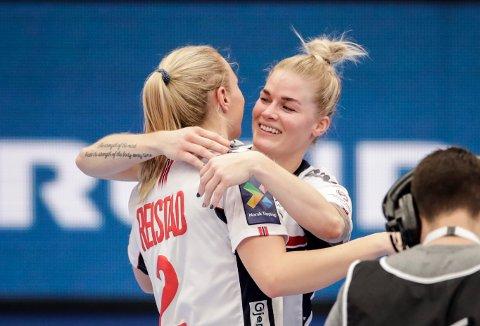 Veronica Kristiansen (til høyre) spiller semifinalen i håndball-EM sammen med Henny Reistad. Foto: Vidar Ruud / NTB