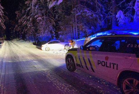 KOLLISJON: En bil havnet i grøfta og traff et tre og en bergskrent mandag kveld. Føreren slapp fra det hele uten skader.