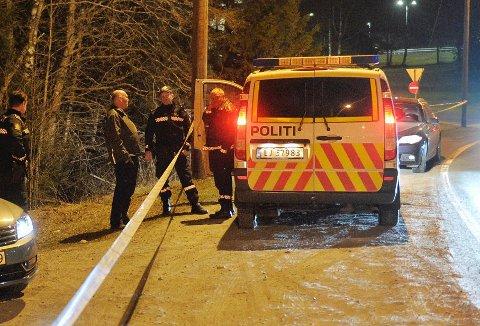 Helge Haarberg dro til Tranby for å informere politiet om jordmyr-frakt fra 90-tallet. Det kan vise seg å være viktig i etterforskningen. Her i prat med politiet fredag kveld.