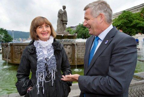 Ulla Nævestad, ordfører for Høyre i Lier og Tore O. Hansen, ordfører for Høyre i Drammen ved St. Halvard statuen på Bragernes Torg i Drammen foran valget i 2011.